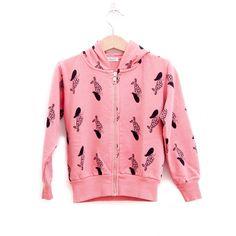 Ζακέτα με φερμουάρ και κουκούλα σε ροζ χρώμα.  Έχει τυπωμένες γοργόνες και τσέπες στα πλαινά.  Από 100% βαμβάκι  Κατασκευή: Ισπανία