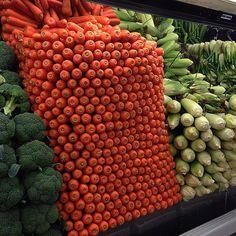 Cenouras empilhadas no supermercado