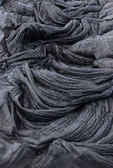 De l'art gratuit dans la nature. La lave d'un volcan crée des structures et des plis comme des drapés qui peuvent stimuler l'inspiration. // Free and natural art found in nature. Lava from a volcano creates structures and drape-like folds that can be quite inspiring.