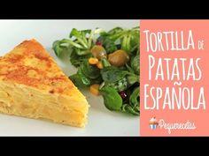 Cómo hacer una tortilla de patatas con cebolla, explicado paso a paso con vídeo y fotografías. Una receta de tortilla de patatas con cebolla que nunca falla