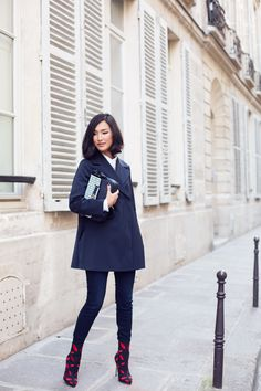 Nicole Warne aka Gary Pepper Girl, Equipment shirt COS jacket J Brand jeans Charlotte Olympia boots Mulberry bag Gary Pepper Girl, Outfit Jeans, Cos Jackets, Nicole Warne, Parisienne Chic, Navy Coat, Outfit Trends, Blue Coats, Inspired Outfits