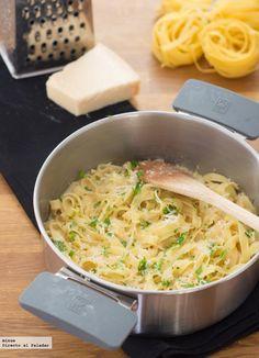 Receta de pasta a la cazuela con salsa de ajo y parmesano. Con fotos del paso a paso y la presentación. Trucos y consejos de elaboración. Recetas de pasta