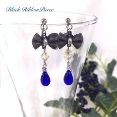 黒のリボンに深い青の雫をあしらったピアス。リボンという可愛らしいモチーフを使っていながらもシックで落ち着いたデザインです。吸い込まれそうな深い青色は多くの人を魅了してしまう、大人可愛い女性にピッタリの色です。※イヤリング、色違いは他カートにてご用意しております。●カラー:ブラック、ブルー●サイズ:約4cm●素材:真鍮、ガラス、スワロフスキー●注意事項:過度に力が加わりますと壊れてしまう可能性がございますのでご注意ください。メッキ製品は水、汗、皮脂などに弱い性質です。ご使用後は柔らかい布で汚れを拭き取り密閉できる袋等で保存して頂くと長くご利用になれます。汚れたまま長時間放置しますと変色の原因になりますのでご注意ください。●作家名:紫月あおい#黒のリボン #青の雫 #可愛らしい #シック #落ち着いたデザイン #ゆらゆら揺れる #スワロフスキー #可愛い #大人かわいい #ハンドメイド #ハンドメイドアクセサリー #ハンドメイドピアス #アクセサリー #ピアス #イヤリング #handmade #handmadeaccessory #accessory…