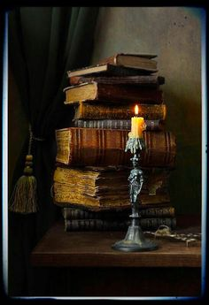 candles and old books Old Books, Antique Books, Books To Read, Pile Of Books, Stack Of Books, Book Nooks, Library Books, Photo Library, Belle Photo