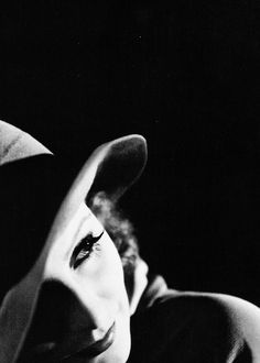 Greta Garbo Noir by Clarence Sinclair Bull, 1930 Old Hollywood Glamour, Golden Age Of Hollywood, Vintage Hollywood, Classic Hollywood, Hollywood Hills, Divas, Classic Movie Stars, Classic Films, Black White Photos