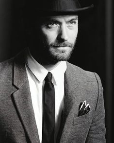 #Style your #silk #pocketsquare this #holiday season like the #dapper #English #actor #JudeLaw who celebrates his 45th Birthday today. Born in #Lewisham #SouthLondon he escalated to #Hollywood #fame after a career in #theatre. #menstyle #Celebrities