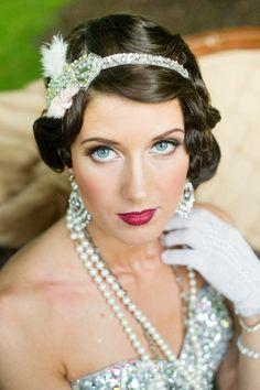 20er jahre mode eleganz-ohrringe-perlenkette-handschuhe-fascinator