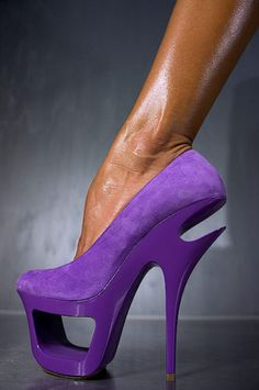 Killer heels in fashionable purple! Ugly Shoes, Cute Shoes, Me Too Shoes, High Heels Boots, Shoe Boots, Shoes Heels Pumps, Stilettos, Lila Heels, Purple Shoes