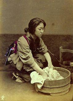 働く人々:盥で洗濯をする女性