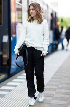 Relaxed look / black and white / white sneakers