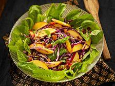 Persimoni ja luumu tuovat hedelmäistä makua salaattiin. Lisää kastike vasta juuri ennen salaatin tarjoamista.