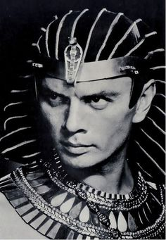 Yul Brynner as Rameses - 1956 - The Ten Commandments - Directed by Cecil B. DeMille Yul Brynner as 'Rameses' - 1956 - The Ten Commandments - Directed by Cecil B. Golden Age Of Hollywood, Vintage Hollywood, Hollywood Stars, Classic Hollywood, Famous Men, Famous Faces, Famous People, Yul Brynner, Classic Movie Stars