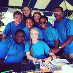 RA staff for The Colonnades welcoming freshmen on Move-In Day