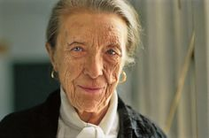 Louise Bourgeois: One of the world's most famous female artists and pioneers. Her career spanned many different artist moments including surrealism, abstraction and minimalism Louise Bourgeois, Portraits, Advanced Style, Musa, Sculpture, Portrait Photo, American Artists, Installation Art, Oeuvre D'art