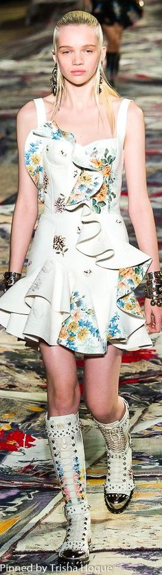 Alexander McQueen Spring 2017 Ready-to-Wear Women's Runway Fashion, Latest Fashion Trends, Fashion Show, Fashion Design, Floral Fashion, Pink Fashion, Fashion Outfits, Womens Fashion, Affliction Clothing