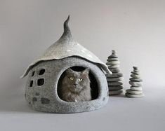 These handmade cat houses make me want to learn how to work with felt! Isn't it cuuute? Not my cat obviously. Scandinavian Style, Cat Cave, House Gifts, Felt Cat, Christmas Makes, Gifts For Pet Lovers, Freundlich, Sheep Wool, Bagan