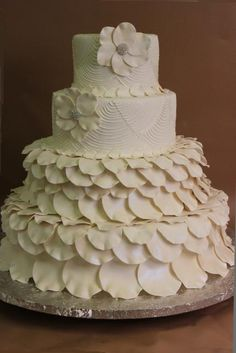x4R Top 2 tiers plain with large open roses, bottom 2 tiers covered in rose petals. Unusual.
