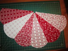 Sunday's Quilts: christmas tree skirt - tutorial - part 3 (let's get sewing! Quilted Christmas Gifts, Diy Christmas Tree Skirt, Xmas Tree Skirts, Christmas Tree Skirts Patterns, Christmas Sewing, Simple Christmas, White Christmas, Christmas Crafts, Christmas Quilting