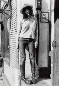 Patti Smith, an American punk rock singer/songwriter and poet who influenced the punk rock movement // chapeau, marinière, jeans et bottes en cuir Patti Smith, Ms Smith, Subcultura Punk, Clavicut, Just Kids, Looks Style, My Style, Hair Style, Hippie Man