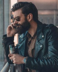 Hairstyle and beard for men. Sunglasses for men from Rayban. Beard Styles For Men, Hair And Beard Styles, Long Hair Styles, Barba Sexy, Style Masculin, Slicked Back Hair, Sexy Beard, Herren Outfit, Beard Tattoo