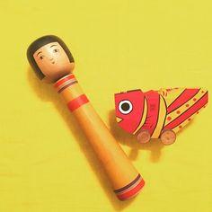 出会ったら連れ帰らずにはいられなかったよく似た色のお二人。 津軽系長谷川辰雄工人の1尺と鹿児島の郷土玩具、鯛車。  #こけし#郷土玩具#鯛車#kokeshi