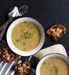 Løgsuppe med lækkert oste-tomat-brød | Magasinet Mad!