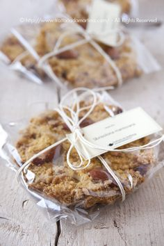 Un'idea da inserire in un cesto di natale fatto da voi, delle mini sbrisolone, buonissime e confezionate in modo elegante e sofisticato Bake Sale Packaging, Baking Packaging, Bread Packaging, Dessert Packaging, Cookie Packaging, Food Packaging Design, Pastry Basket, Skinny Cookies, Cookies Branding