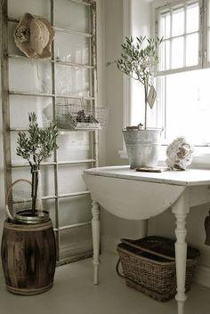 Ik vond een aantal leuke ideeën met oude ramen.   Een groot raam tegen een muur gezet met een draadmandje er aan voor opberg ruimte.       ...