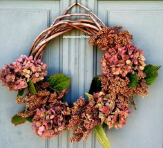 Couronne bienvenue avec hortensias et achillées © Jardinement Vôtre Deco Floral, High Tea, Decoration, Floral Wreath, Creations, Wreaths, Mobiles, Fall, Crafts