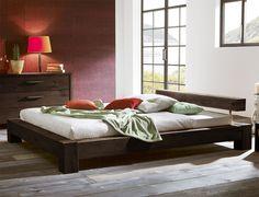 Niedriges Doppelbett aus massivem Wildeichenholz. Erhältlich in drei Farben. | Betten.de #industrial #style #rustikal #schlafzimmer http://www.betten.de/Betten/Massivholzbetten/futonbett-140x200-wildeiche-linares.html