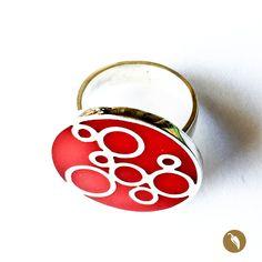 Anillo realizado en plata 950 y relleno con resina pigmantada roja.  Autor:Monoco Colección: Resina Materiales:Plata 950 y resina pigmentada. Dimensiones: 2,5 cms. de diámetro, Nº20. Pieza única: No