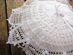 Confeccionado em linho, renda renascença e fita de cetim,  cor branca.