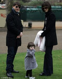 Hair - cabelo - pelo - beautiful - bonita - hermoso - moda - look - style - estilo - inspiration - inspiração - inspiración - fashion - elegant - elegante - chic - coat - casaco - black - preto - Grey - cinza - Armani Junior - Silver Shoes - Bisgaard - sapato prata - baby - bebê - daughter - filha - hija - father - pai - padre - dad - papai - papá - mother - mãe - madre - mom - mamãe - mamá - happy family - família feliz - December - England - 2007 - Katie Holmes - Suri Cruise - Tom Cruise