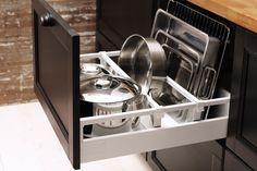 Un sertar mare, deschis, cu separatoare. Ikea Kitchen, Kitchen Pantry, Kitchen Items, Kitchen Dining, Ikea Cabinets, Kitchen Cabinets, Kitchen Appliances, Kitchen Organization, Kitchen Storage