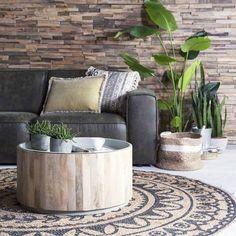 Origineel, strak en stijlvol is deze salontafel van By-Boo. De basis is een blank mangohouten ton met daarop een metalen blad dat er gedeeltelijk invalt. Verkijgbaar in 2 maten en keuze uit een wit en grijs blad Afmeting: DxH = 70x40 cm