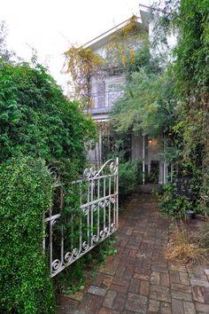 庭の向こうは瀟洒な洋館。レンガは自分たちで敷きつめるなど、庭もDIYを敢行。