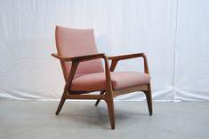 SOLD / Deense jaren 60 fauteuil met mooi sierlijk vormgegeven teakhouten frame en zalmroze bekleding met zwarte accenten. #Bovenkamp