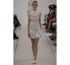 Le défilé haute couture 945 Sala Bianca de Valentino http://www.vogue.fr/mariage/tendances/diaporama/le-defile-haute-couture-945-sala-bianca-de-valentino-a-new-york-mariage-robes-de-mariee/21593/image/1122657#!8