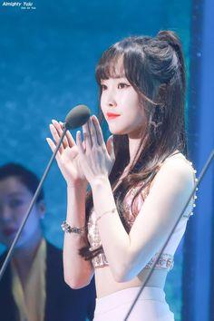 Gfriend-Yuju 190424 The Fact music awards Kpop Girl Groups, Korean Girl Groups, Kpop Girls, Sinb Gfriend, Gfriend Sowon, Falling Stars, G Friend, Tumblr Girls, Music Awards