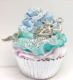 Let's Be Mermaids Fizzy Cupcake Bath Bomb & Handmade Sugar Scrub Topping Wine Bottle Crafts, Mason Jar Crafts, Mason Jar Diy, Diy Hanging Shelves, Diy Wall Shelves, Diy Home Decor Projects, Diy Projects To Try, Galaxy Bath Bombs, Bath Bomb Ingredients