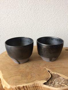 Grijze klei met mangaan glazuur Serving Bowls, Pottery, Studio, Tableware, Ceramica, Dinnerware, Tablewares, Pots, Place Settings