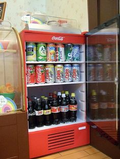 Cool drink cans and bottles // in a tiny gas station shop. Miniature Crafts, Miniature Food, Miniature Dolls, Cute Little Things, Mini Things, Diy Arts And Crafts, Cute Crafts, Doll Crafts, Diy Doll