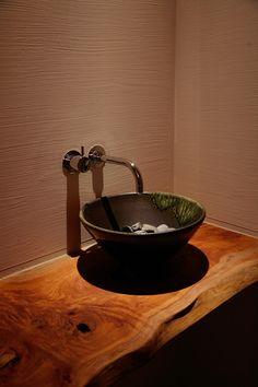 1Fトイレ前のゲスト用の手洗い。無垢のカウンターや、ボウルがお店のよう