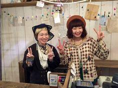 Japanischer Lifestyle: Verkäuferinnen in einem 2nd Hand Shop, Kyoto