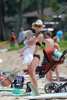 """From """"Gone Girl"""" to """"Beach mum"""", the British actress Rosamund Pike was spotted with her son Atom and her stylish CYBEX PRIAM enjoying the Hawaiian beach life."""