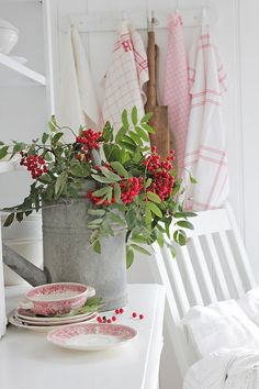 Remarkable Tips For An Incredible Shabby Chic Christmas Improving your home can be done for a number of reasons. White Cottage, Cozy Cottage, Shabby Cottage, Cottage Style, Country Farmhouse Decor, French Country Decorating, Shabby Chic Christmas Decorations, Vibeke Design, Country Christmas