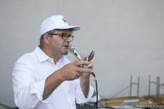 Ernesto Balbinot da indicazioni per la raccolta dell'uva. Si comincia!