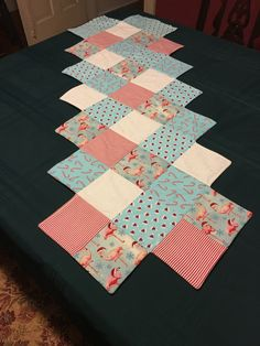 Taplak perca quilting Quilting Ideas, Quilting Projects, Tablerunners, Quilted Table Runners, Patch Quilt, Baby Quilts, Scissors, Diy And Crafts, Projects To Try