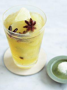 ジャスミン茶の氷をたっぷり作っておけば、いつでもおいしいシュワドリンクがお手軽に。八角は見た目にも可愛くて、アペロがぐんと楽しくなりそう。|『ELLE gourmet(エル・グルメ)』はおしゃれで簡単なレシピが満載!