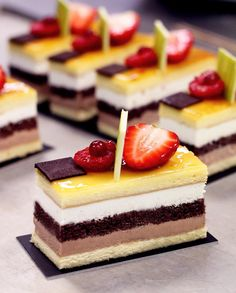 The different layers are looking delicious. Small Desserts, Elegant Desserts, Fancy Desserts, Beautiful Desserts, Zumbo Desserts, Delicous Desserts, Mini Cakes, Cupcake Cakes, Cupcakes